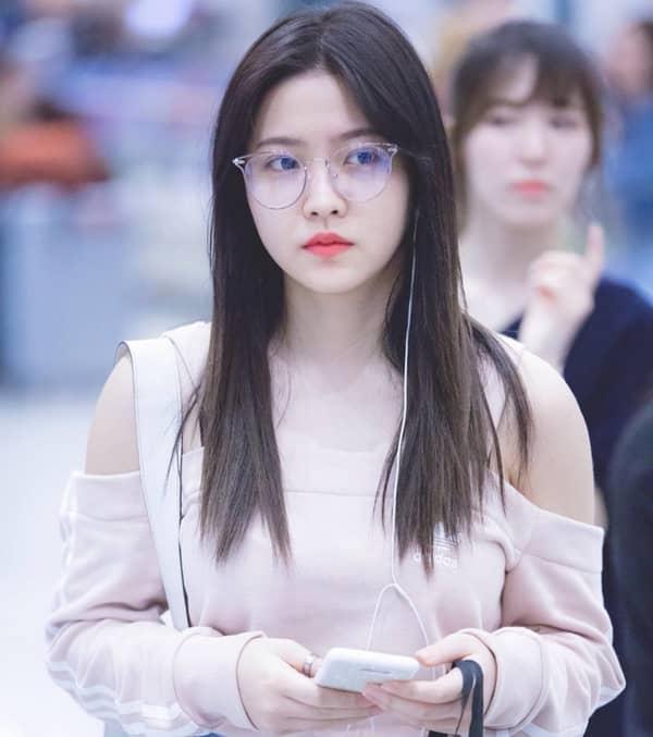 Yeri (Red Velvet) trẻ trung hơn hẳn với kính gọng trong suốt.